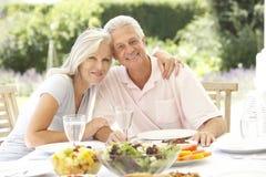 Hoger paar die al fresko van maaltijd genieten Royalty-vrije Stock Foto's
