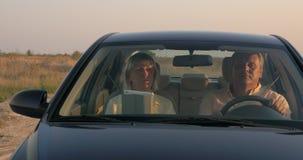 Hoger paar die door auto in het platteland reizen stock video