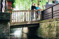 Hoger Paar die door Tübingen lopen stock fotografie