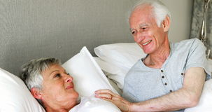 Hoger paar die met elkaar op bed in slaapkamer interactie aangaan stock video