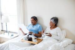Hoger paar die ontbijt in slaapkamer hebben Royalty-vrije Stock Afbeeldingen