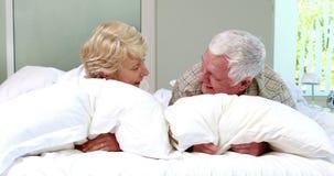 Hoger paar die op bed spreken stock footage