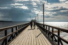 Hoger paar die op Rattvik-promenade lopen Stock Foto's