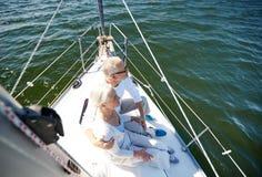 Hoger paar die op zeilboot of jacht koesteren in overzees Royalty-vrije Stock Foto's