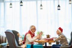 Hoger Paar die samen in Koffie dineren stock foto