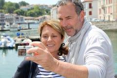 Hoger paar die selfie terwijl het reizen nemen royalty-vrije stock fotografie