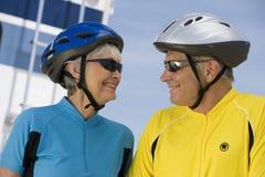 Hoger Paar die in Sportkleding elkaar bekijken royalty-vrije stock foto