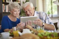 Hoger paar die tablet gebruiken Royalty-vrije Stock Foto's