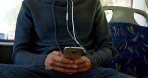 Hoger paar die terwijl het reizen in bus 4k ontspannen stock video