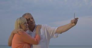 Hoger paar die vakantie selfie op mobiel maken stock video