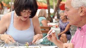 Hoger Paar die van Maaltijd in Openluchtrestaurant samen genieten stock videobeelden