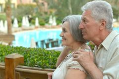 Hoger paar die zich door pool bevinden Royalty-vrije Stock Fotografie