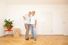 Hoger Paar die zich in een Nieuwe Flat bewegen Royalty-vrije Stock Afbeelding