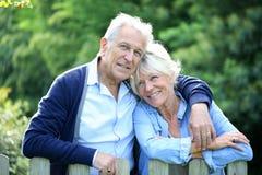 Hoger paar die zich in openlucht in tuin bevinden Royalty-vrije Stock Foto's