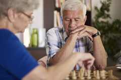 Hoger paar het spelen schaak stock foto