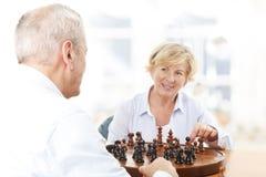 Hoger Paar het Spelen Schaak samen stock foto's