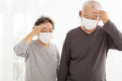 Hoger paar met beschermend gezichtsmasker royalty-vrije stock foto's