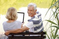 Hoger Paar met Digitale Tablet Stock Afbeelding