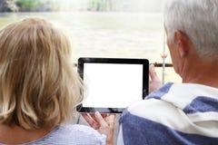 Hoger Paar met Digitale Tablet Royalty-vrije Stock Afbeeldingen