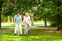 Hoger paar met fietsen Stock Foto's