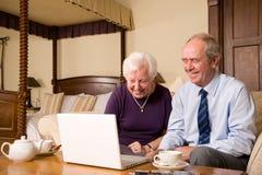 Hoger paar met laptop royalty-vrije stock foto