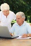 Hoger paar met laptop computer Royalty-vrije Stock Foto's
