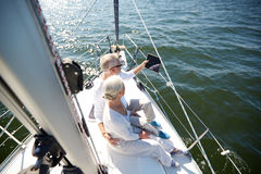 Hoger paar met tabletpc op zeilboot of jacht Stock Afbeelding