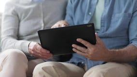 Hoger paar met tabletpc thuis stock video