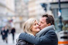 Hoger paar op een gang in stadscentrum De winter royalty-vrije stock afbeeldingen