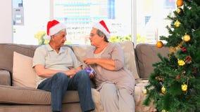 Hoger paar op Kerstmisdag stock videobeelden