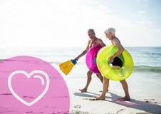 Hoger paar op strand tijdens vakantie stock afbeelding