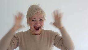 Hoger portret, gelukkige oude vrouw die en camera glimlachen bekijken stock video