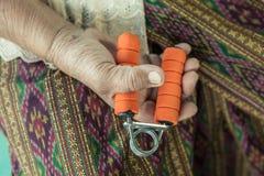 Hoger van de de sporthand van de vrouwenoefening de greepmateriaal stock fotografie