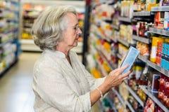 Hoger vrouw het kopen voedsel Stock Afbeelding