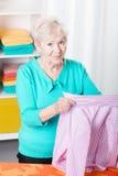 Hoger vrouw het strijken overhemd Royalty-vrije Stock Afbeeldingen