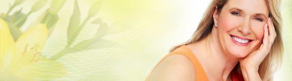 Hoger vrouwengezicht over groene abstracte achtergrond stock afbeeldingen