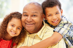 Hogere Afrikaanse Amerikaanse mens en kleinkinderen stock afbeelding