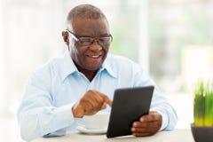 Hogere Afrikaanse mensentablet stock foto