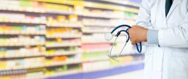 Hogere apotheker die bij het ziekenhuis werken stock afbeelding