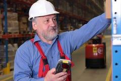 Hogere arbeider in fabriek stock fotografie