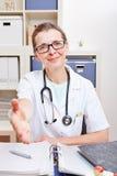 Hogere arts die hand aanbieden voor royalty-vrije stock afbeelding