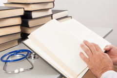 Hogere Arts Reading Medical Books Stock Fotografie