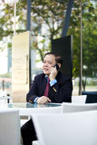 Hogere Aziatische zakenman die slimme telefoon met behulp van stock fotografie
