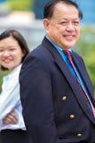 Hogere Aziatische zakenman en jong vrouwelijk Aziatisch uitvoerend het glimlachen portret stock afbeelding