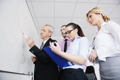 Hogere bedrijfsmens die een presentatie geeft Royalty-vrije Stock Afbeelding