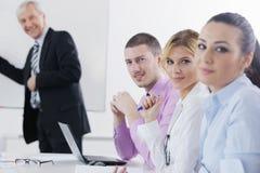 Hogere bedrijfsmens die een presentatie geeft Stock Fotografie
