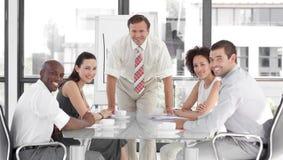 Hogere Bedrijfsmens die een presentatie geeft