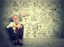 Hogere bedrijfsmensen bejaarde leraar die op nieuwe projectberekeningen richten Stock Foto