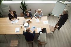 Hogere bedrijfsmentor die uitvoerend team trainen op vergadering, bovenkant v royalty-vrije stock fotografie