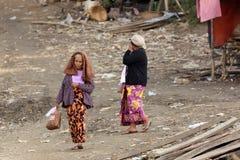 Hogere Birmaanse vrouw die in krottenwijk lopen stock afbeeldingen